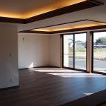 開放感のあるリビング。連続した窓からは借景として美しい景色を室内に取り込むことができます。