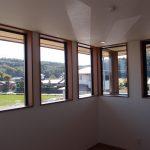 外観の特徴でもある連続窓からは遠くの山々まで景色を分断することなく眺めることができます。