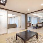 寄席毎が多いI様邸では、ゲストが大勢いらした際には和室の扉を全てオープンにすることもできます。